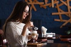Caffè bevente della donna di mattina al fuoco molle del ristorante sugli occhi Fotografia Stock Libera da Diritti