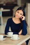 Caffè bevente della donna di mattina al ristorante Immagini Stock Libere da Diritti