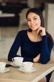 Caffè bevente della donna di mattina al ristorante Immagine Stock