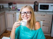 Caffè bevente della donna e smilling Immagine Stock