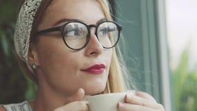 Caffè bevente della donna emozionale in caffè Studentessa che scherza e che ride Fotografie Stock Libere da Diritti