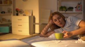 Caffè bevente della donna felice rilassata che si trova a letto, resto sulla mattina di fine settimana, pace archivi video