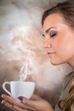 Caffè bevente della donna graziosa immagine stock