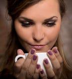 Caffè bevente della donna graziosa immagini stock