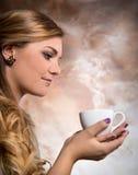 Caffè bevente della donna graziosa immagini stock libere da diritti