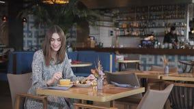 Caffè bevente della donna graziosa e rilassarsi nello stile orientale del caffè Prima colazione, mattina piacevole, l'inizio del stock footage