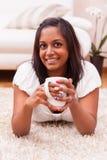 Caffè bevente della giovane bella donna indiana immagine stock