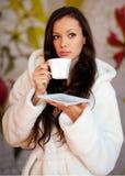Caffè bevente della giovane donna Fotografie Stock Libere da Diritti