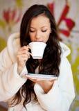 Caffè bevente della giovane donna Immagini Stock