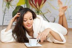 Caffè bevente della giovane donna Fotografia Stock