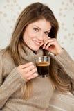 Caffè bevente della giovane donna attraente Fotografia Stock Libera da Diritti