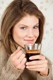 Caffè bevente della giovane donna attraente Immagine Stock Libera da Diritti