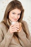 Caffè bevente della giovane donna attraente Fotografia Stock
