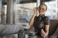 Caffè bevente della giovane donna di affari fotografia stock