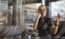 Caffè bevente della giovane donna di affari Immagine Stock Libera da Diritti