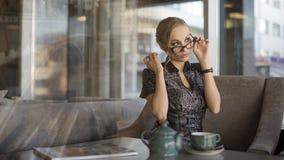 Caffè bevente della giovane donna di affari immagini stock libere da diritti