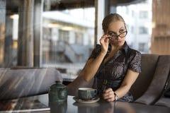 Caffè bevente della giovane donna di affari Immagini Stock