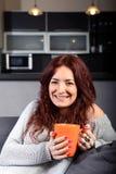 Caffè bevente della giovane donna felice Fotografia Stock Libera da Diritti
