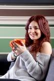 Caffè bevente della giovane donna felice Fotografie Stock Libere da Diritti