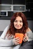 Caffè bevente della giovane donna felice Immagini Stock Libere da Diritti