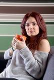 Caffè bevente della giovane donna felice Immagini Stock