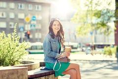 Caffè bevente della giovane donna felice sulla via della città Immagini Stock Libere da Diritti