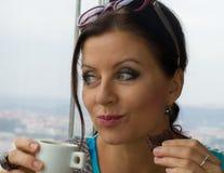 Caffè bevente della giovane signora graziosa Fotografia Stock Libera da Diritti