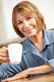 Caffè bevente della metà di donna di età Immagini Stock Libere da Diritti