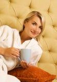 Caffè bevente della ragazza fotografia stock