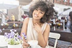 Caffè bevente della ragazza afroamericana Fotografie Stock Libere da Diritti