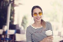 Caffè bevente della ragazza al caffè Fotografia Stock