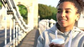 Caffè bevente della ragazza della corsa mista della giovane donna afroamericana dell'adolescente stock footage