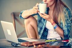 Caffè bevente della ragazza dello studente Fotografia Stock