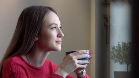 Caffè bevente della ragazza sveglia video d archivio