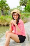 Caffè bevente della ragazza sveglia asiatica in sosta Fotografia Stock Libera da Diritti