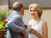 Caffè bevente delle coppie al balcone Immagine Stock Libera da Diritti