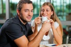 Caffè bevente delle coppie in caffè Fotografie Stock Libere da Diritti