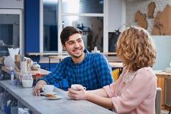 Caffè bevente delle coppie nel caffè Immagini Stock Libere da Diritti