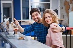 Caffè bevente delle coppie nel caffè Fotografie Stock Libere da Diritti