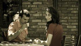 Caffè bevente delle giovani coppie Fotografia Stock