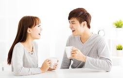 caffè bevente delle giovani coppie in salone Immagini Stock