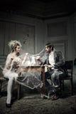 Caffè bevente delle giovani coppie in un vecchio castello Immagini Stock