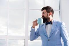 Caffè bevente dello sposo dell'uomo presto nella mattina Inizio del giorno grande Giorno importante nella sua vita Ottenga pronto fotografia stock libera da diritti