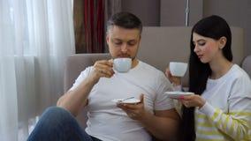 Caffè bevente di rilassamento delle coppie di svago della famiglia stock footage