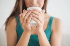 Caffè bevente a letto fotografie stock