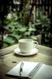 Caffè bevente nell'angolo di rilassamento Fotografia Stock Libera da Diritti