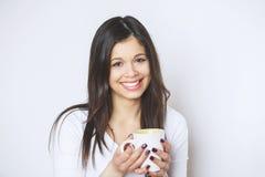 Caffè bevente o tè della giovane donna graziosa Ragazza di distensione Stile di vita bevente del caffè della donna di mattina a c Immagine Stock Libera da Diritti