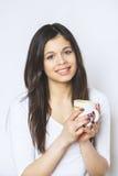 Caffè bevente o tè della giovane donna graziosa Ragazza di distensione Stile di vita bevente del caffè della donna di mattina a c Fotografia Stock Libera da Diritti