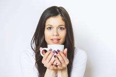 Caffè bevente o tè della giovane donna graziosa Ragazza di distensione Stile di vita bevente del caffè della donna di mattina a c Fotografie Stock Libere da Diritti