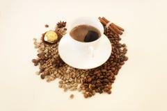 Caffè bianco della tazza, chicchi di caffè, dolce, spazio della copia candid fotografia stock libera da diritti